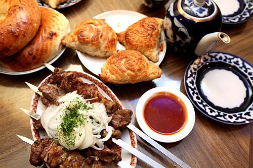 ウズベキスタン料理を味わえる店も(サマルカンド)