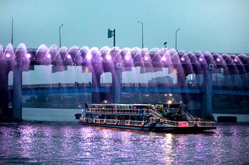 光と水しぶきが共演する「月光レインボー噴水」は必見!噴水ショーは時間指定のため、船上観覧が含まれた遊覧船ツアーに参加するのもおすすめです。