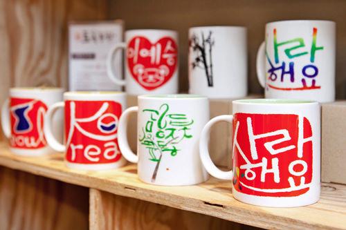 オリジナルハングルマグカップ各12,000ウォン