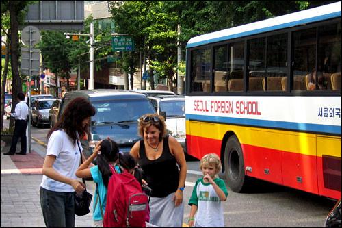 スクールバスでお出迎え