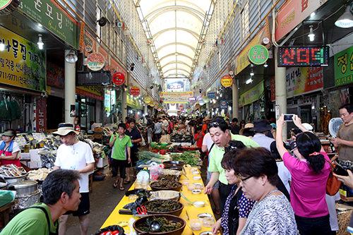 市場その場でひく唐辛子やしぼりたてのごま油など韓国ならではの調味料が勢ぞろい。