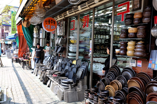 黄鶴洞厨房家具通り東大門(トンデムン)エリアの厨房用品問屋街。チゲを煮る土鍋や焼肉用の焼き網などを販売。