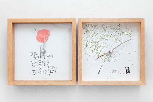 時計 各55,000ウォン木のフレームと、版画家イ・チョルスの絵が温かくやさしい雰囲気を演出。全14種類。