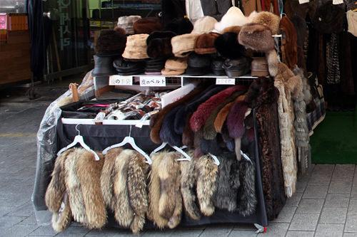 店頭には手袋や帽子などの小物も