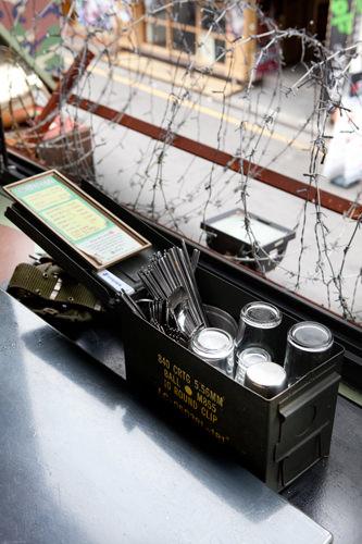 弾筒(タントン)と呼ばれる銃弾ケースに食器をセッティング