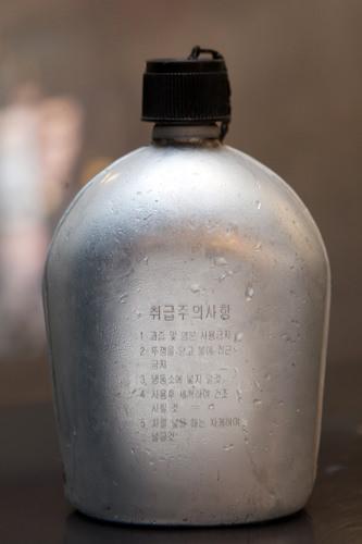 お水は軍隊で使われるアルミの水筒で提供される