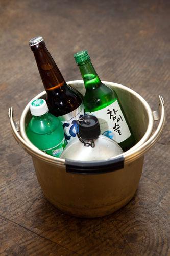飲み物をたくさん頼むとアルミのバケツに入って提供される