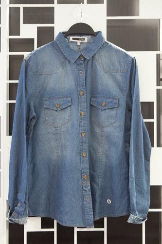 カジュアルな着こなしにぴったりのデニム生地シャツ 49,800ウォン