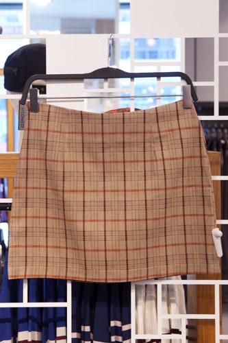 大きめチェックが女性の可愛らしさを強調スカート 49,800ウォン