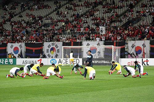 試合前に身体をほぐす日本代表チーム(2010年撮影)