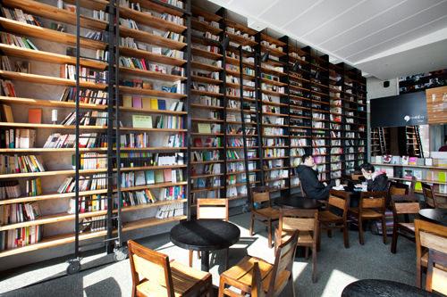 CAFE COMMA 2page天井まで続く本棚が外国の図書館のよう!