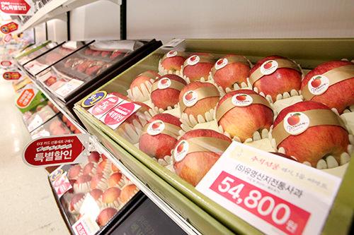 果物50,000~100,000ウォン リンゴや梨など、腐りにくい果物の詰め合わせが人気。