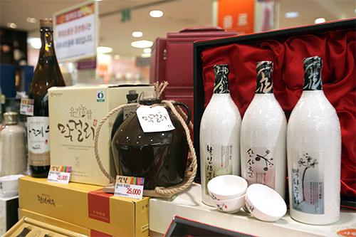 お酒5,000ウォン~100,000ウォン 年配の方が好む、韓国酒からウィスキー、ワインなど少し高級なお酒が人気。
