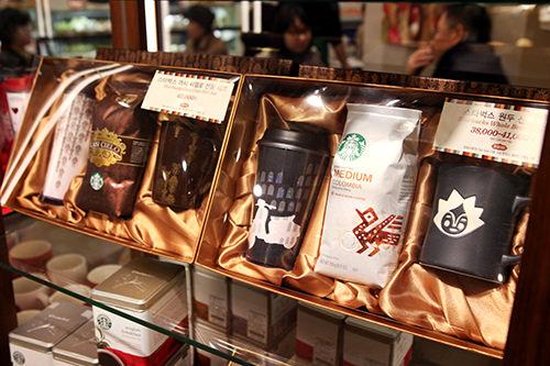 コーヒー10,000~20,000ウォン 手軽な値段で購入できる、インスタントコーヒーやジュースの詰め合わせも定番。