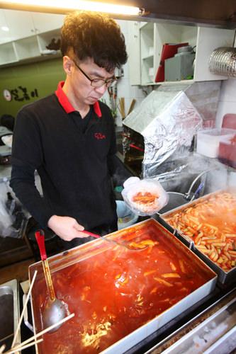 タルトッポッキ(地図赤4)甘辛のトッポッキが、なんとお替り無料!テイクアウトしてキャンパスで食べる人も