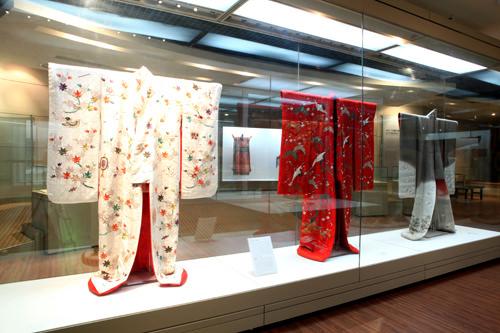 鄭英陽刺繍博物館では東洋の伝統衣装などの刺繍作品を展示