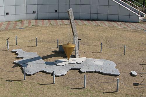 国土正中央天文台前のモニュメント