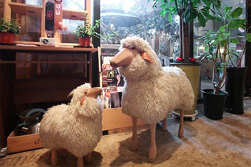 本物の羊毛を使用した置物も