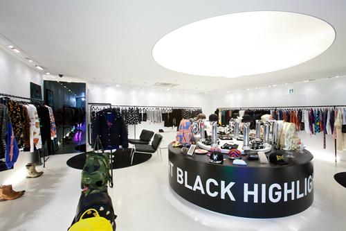 コラボなどイベント商品が中心の2階※取材時は韓国新鋭ブランド「pushBUTTON」とのコラボシリーズが展開