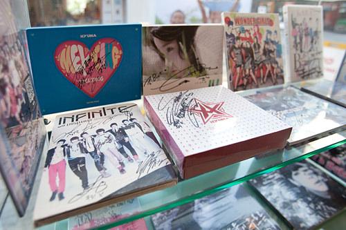 店内には人気アイドルのサインCDもディスプレイ