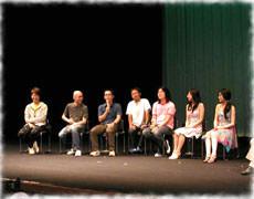 日本での舞台挨拶時の様子(左)
