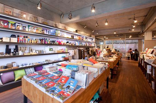 芸術、ファッション、生活、音楽関連の書籍の販売コーナー