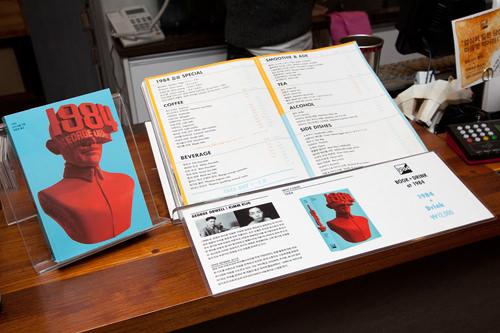 カウンターにはメニューと小説「1984」が。小説の表紙のデザインは韓国の有名なフォントデザイナーKIM KIJOの作品。オーウェルの簡単な紹介文(韓国語)も。