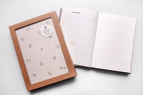 JUMPING BUNNY年間スケジュール帳 17,800ウォン日付がプリントされていないので、付属の日付ラベルで自由にカスタマイズできるシンプルなスケジュール帳。