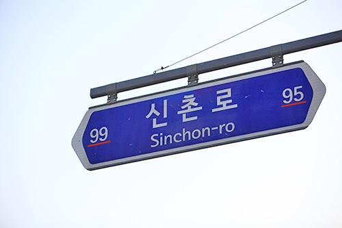 道路の中間地点左に行くと99番以上、右に行くと95番以下の建物がある
