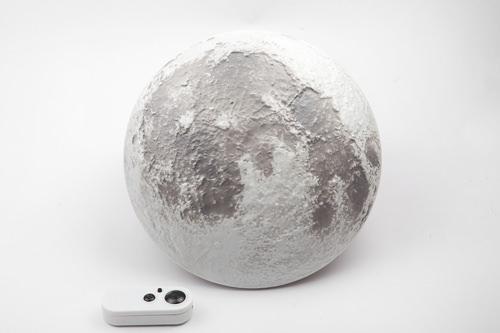 リモコンで満ち欠けを調節できる、月型の照明28,000ウォン
