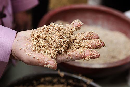 1.小麦と麹、水を入れてまとまるまで練る