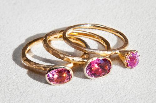 ピンクサファイア指輪(左・中央)各450,000ウォントルマリン指輪(右)380,000ウォン