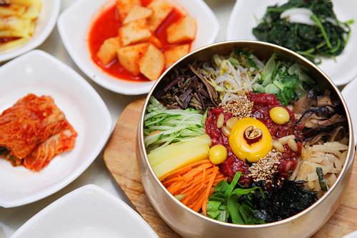 ラッキーグルメ韓国で一度は食べておきたい!ビビンバ他には?スンドゥブチゲ(おぼろ豆腐鍋)、コドゥンオチョリム(サバの煮込み)