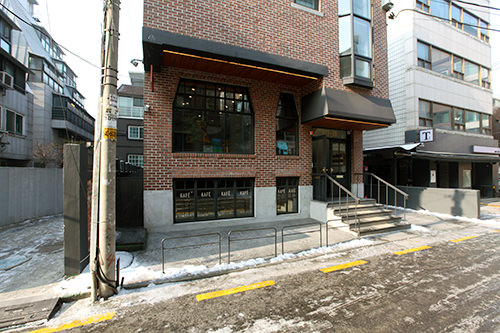 1階がセレクトショップ、地下1階はカフェ