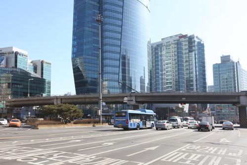 西大門駅の交差点にある高架車道
