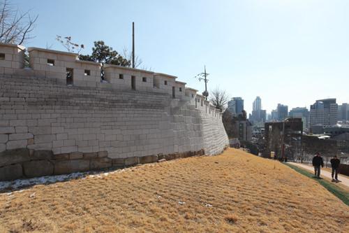 月岩近隣公園内に復元されたソウル城郭