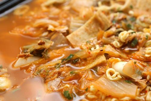 大鍋で分け合う本場式のキムチチゲ