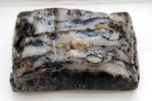 ゴマの香ばしさが漂う黒ゴマの雲模様のもち米蒸し餅(ケクルムトッ) 1,500ウォン