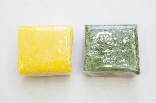 (左から) かぼちゃの蒸し餅(ホバッソルギ)1,500ウォンよもぎの蒸し餅(スッソルギ)1,500ウォン