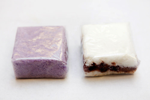 (左から) ブルーベリーの蒸し餅(ブルルベリソルギ) 1,500ウォンチョコ入り蒸し餅(チョコソルギ)1,500ウォン