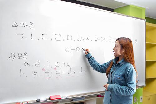 2.韓国語発音練習(10分)日本人がよく間違えやすい、韓国語の子音と母音の発音を練習します。先生が違いを分かりやすく教えてくれるので、普段の韓国語レッスンにも役立ちそうです。
