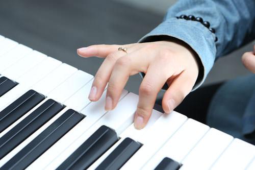 3.発声練習(10分)発音練習で学んだ韓国語を使い、発声練習を行ないます。先生のピアノに合わせて一音一音正確に声をだしましょう。まずは母音。次に子音を組み合わせて行います。