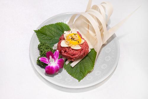 韓牛ユッケ 30,000ウォン真ん中の卵に絡めて梨と一緒に食べると、さらにおいしい!