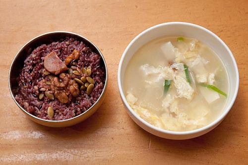 雑穀ご飯、干しスケトウダラのスープ