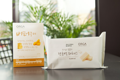 (左)韓国産バターを使ったバタークッキー(ボトークキ) 2,900ウォン(右)自然な甘さを感じるかぼちゃウェハース(プドゥロッコ タルコマン タノバッ ウェハス) 2,600ウォン