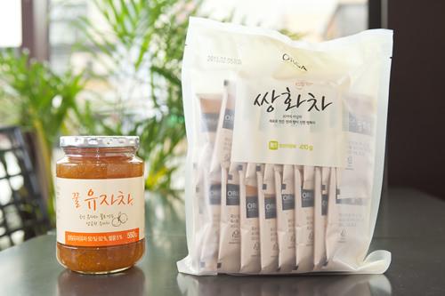 (左)有機農砂糖と韓国産蜂蜜で漬けた柚子茶(クルユジャチャ) 9,900ウォン (右)10種類以上の韓方材で作ったサンファ茶 10,800ウォン