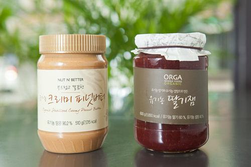(左)ナッツの香ばしさがおいしい有機農ピーナッツバター(ユギノン クリミ ピノッボトー) 19,000ウォン(右)化学添加物ゼロの有機農イチゴジャム(ユギノン タルギジェム) 11,500ウォン
