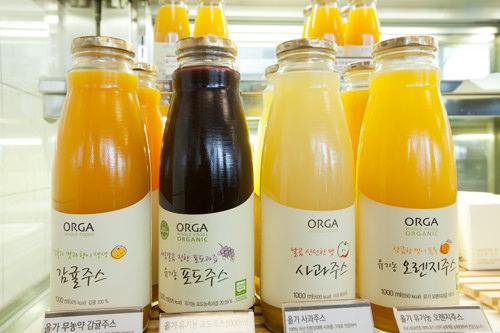 有機農フルーツで作られたジュース。(左から)みかん 8,900ウォン/ブドウ 7,500ウォン/りんご 7,700ウォン/オレンジ 7,500ウォン
