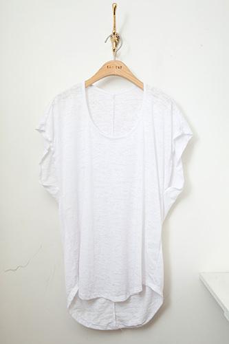 ジーンズに合わせて爽やかにTシャツ 28,000ウォン
