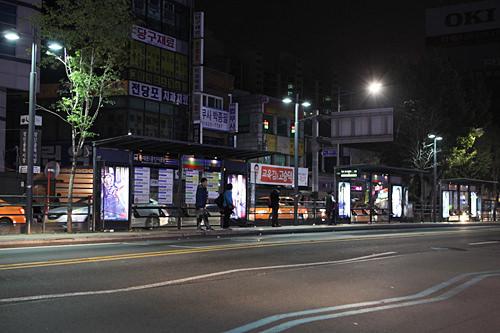 がらんとした深夜のバス停